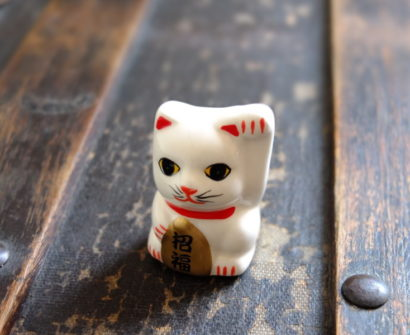 Japan lucky cat souvenir beckoning