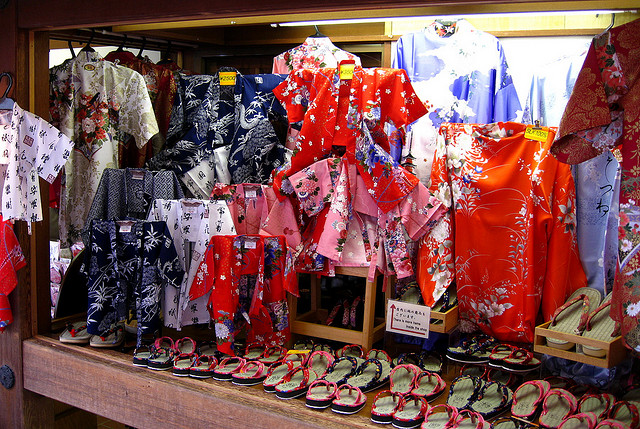 Guide to Souvenir shopping for made in Japan Kimonos and Yukatas ... 4fd30a90f084
