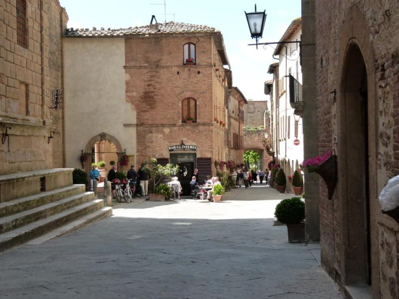 Pienza shopping street resta