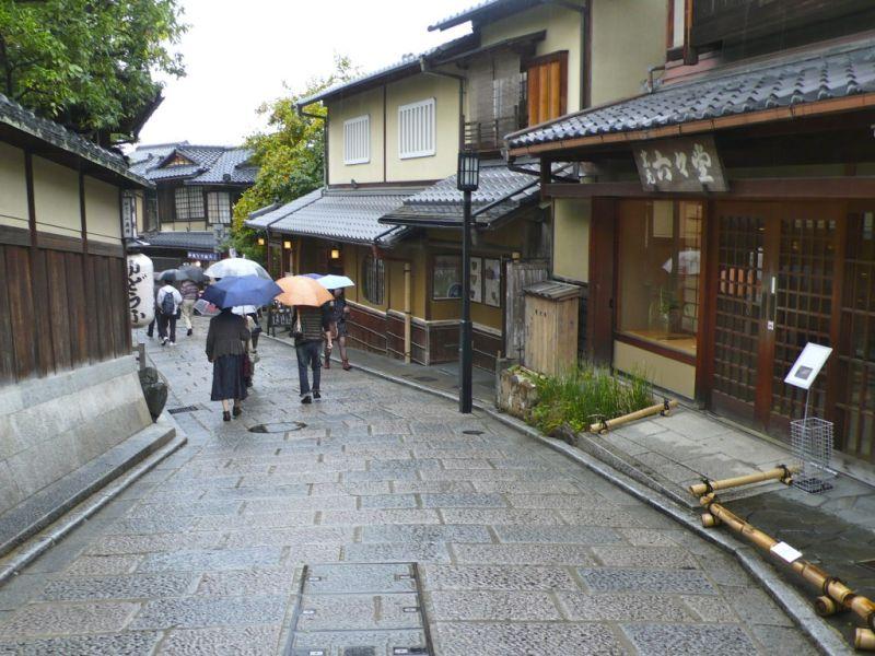 Sannenzaka and Ninenzaka shopping streets kyoto oldest souvenir