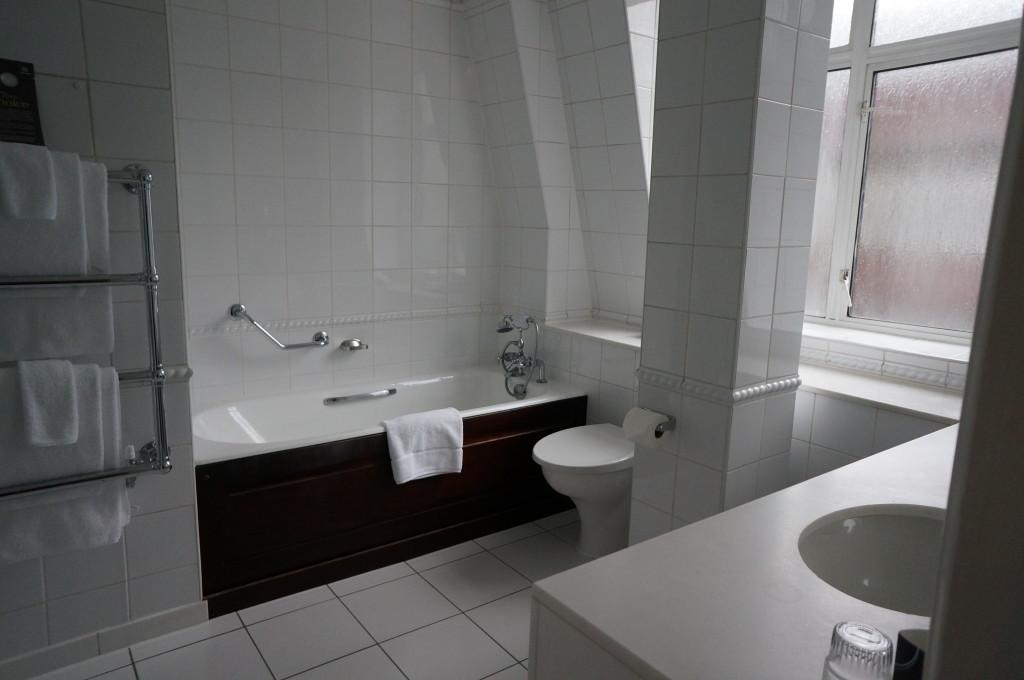 Parklane Sheraton London bathroom