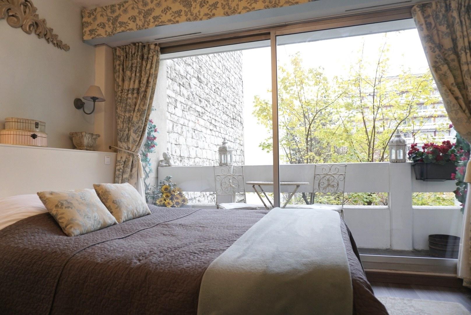 Cobblestone apartment Paris La Fleur